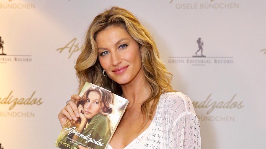 """Gisele Bündchen posa para fotos na sessão de autógrafos de seu livro """"Aprendizados"""", em São Paulo - Manuela Scarpa/Brazil News"""