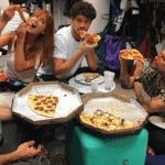 """Já Caio Blat, Marina Ruy Barbosa, José Loreto e Bruno Gagliasso também resolveram comer uma pizza no intervalo das gravações de """"O Sétimo Guardião"""" em outubro de 2018 - Reprodução/Instagram"""