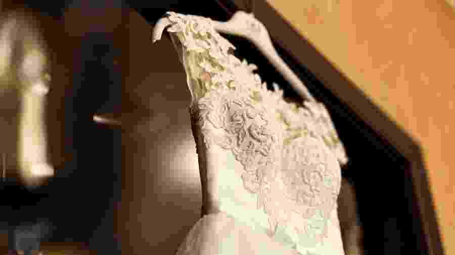 Vestido de noiva cabide - iStock
