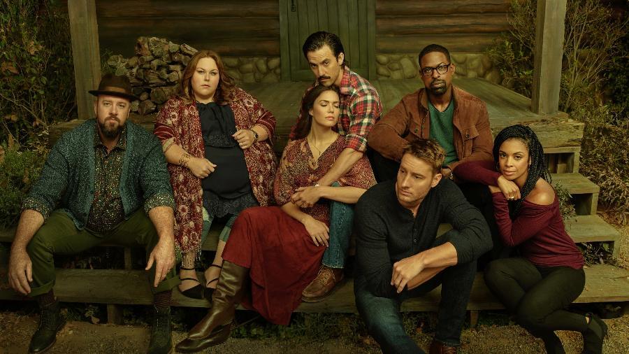 "Chris Sullivan (Toby), Chrissy Mete (Kate), Mandy Moore (Rebecca), Milo Ventimiglia (Jack), Justin Hartley (Kevin), Sterling K. Brown (Randall), Susan Kelechi Watson (Beth), o elenco principal de ""This Is Us"" - Divulgação/NBC"