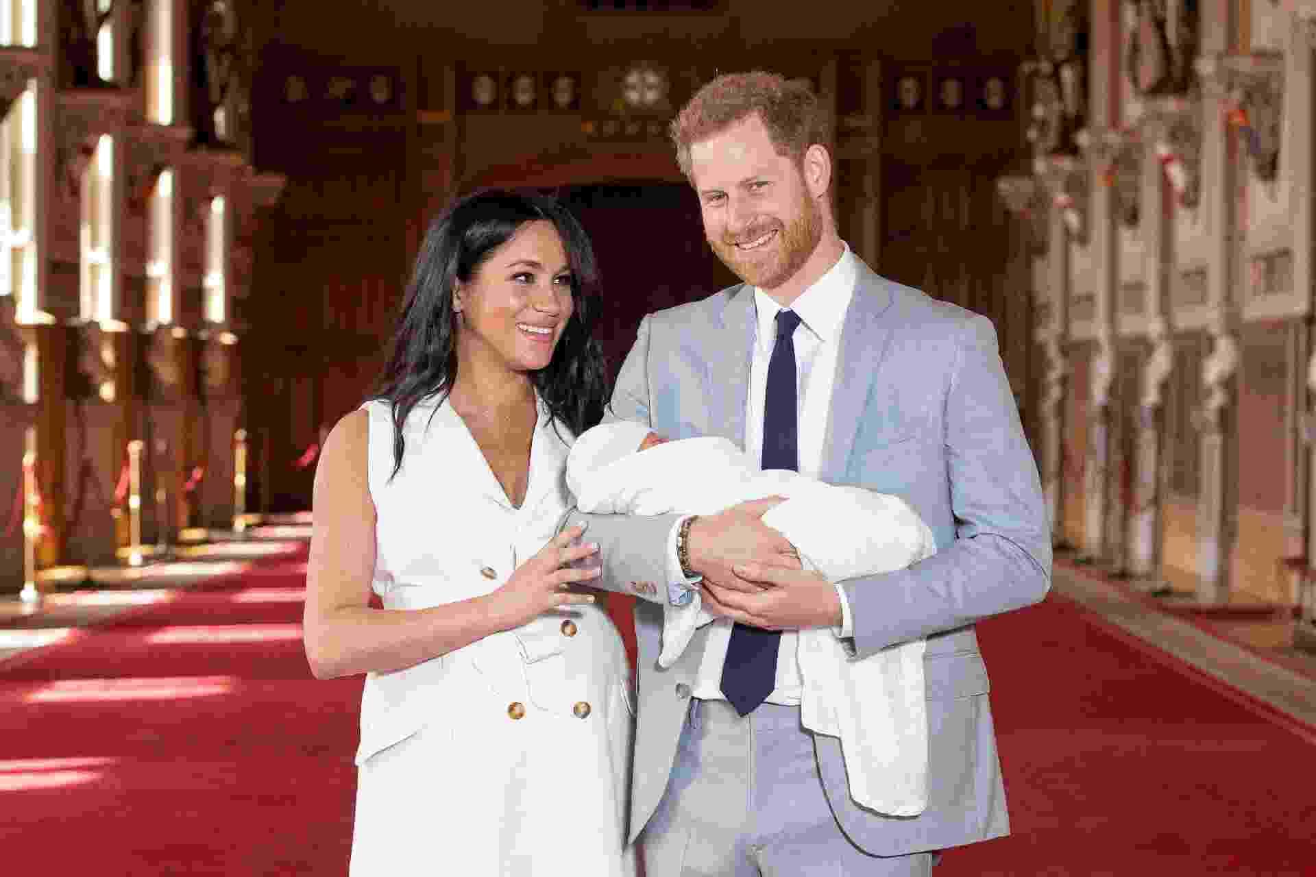 Os duques de Sussex, Harry e Meghan, aparecem com o menino pela primeira vez em frente às câmeras na quarta-feira (8), dois dias depois do nascimento. Eles saíram da área privada e conversaram com a imprensa local em um dos corredores do Castelo de Windsor, onde frica a Frogmore Cottage - Reuters