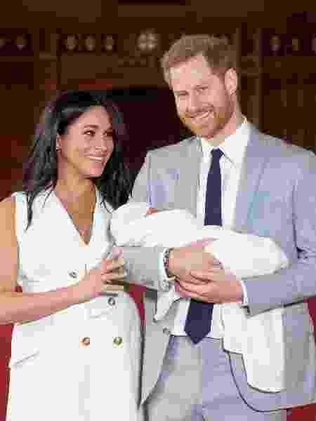 Os duques de Sussex, Harry e Meghan, aparecem com Archie pela primeira vez, dois dias depois do nascimento - Reuters