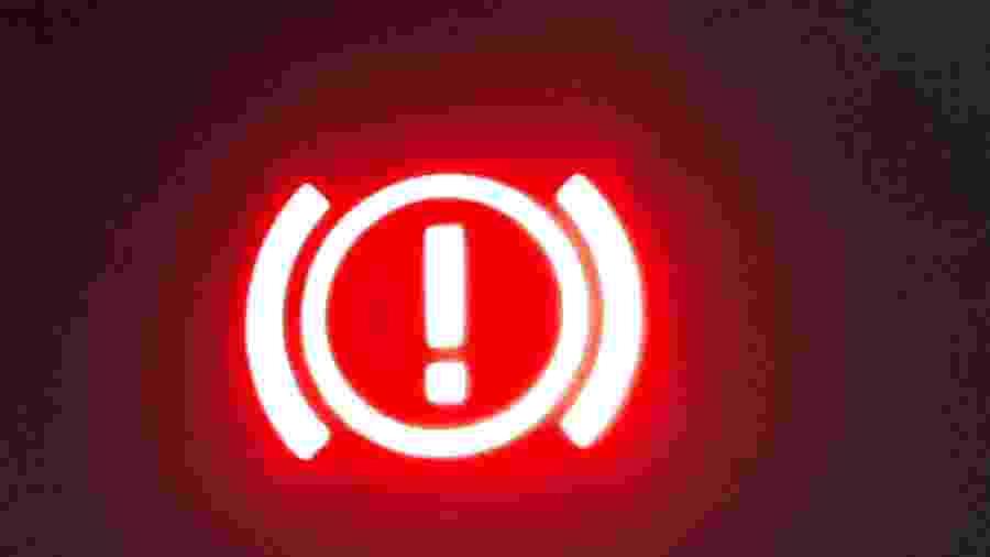 Luz de alerta do sistema de freios; se ela ficar acesa, mesmo com freio de estacionamento inativo, é sinal de que algo está errado - Vitor Matsubara/UOL