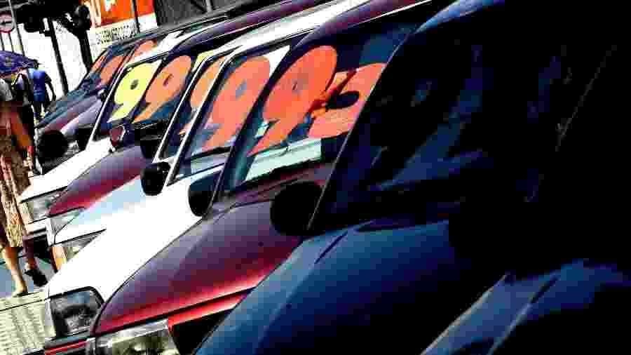 vendedor venda carro usado carros usados loja concessionária veículo automóveis - Juca Varella/Folha Imagem