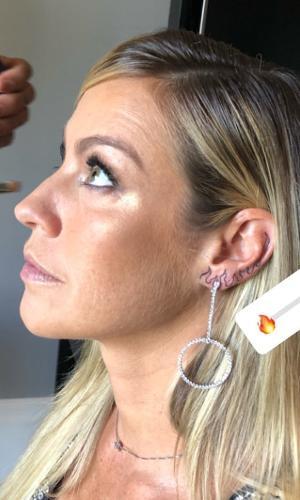 Luana Piovani fez uma nova tatuagem na orelha