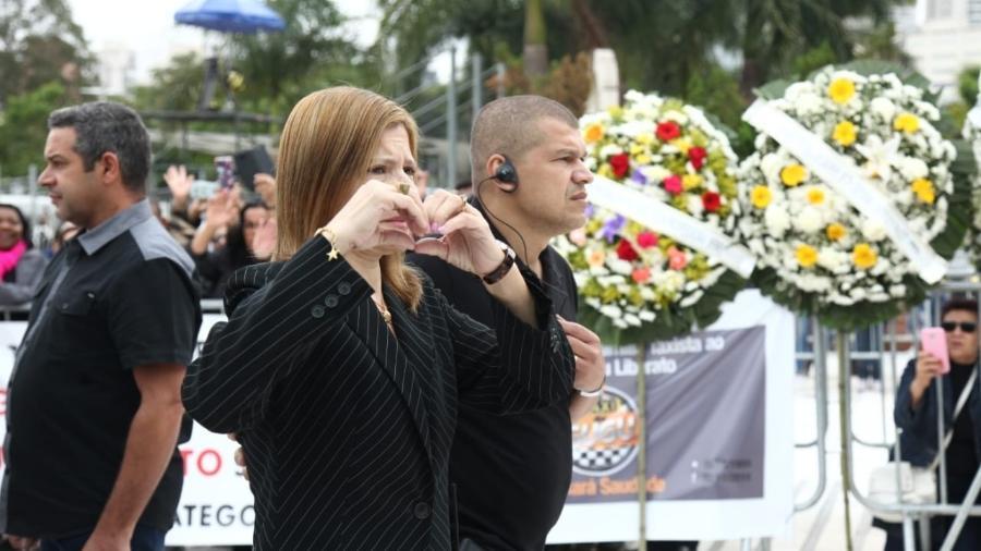 Rose Miriam, viúva de Gugu, faz sinal de coração para fãs no segundo dia do velório - Marcelo Sá Barretto/Agnews