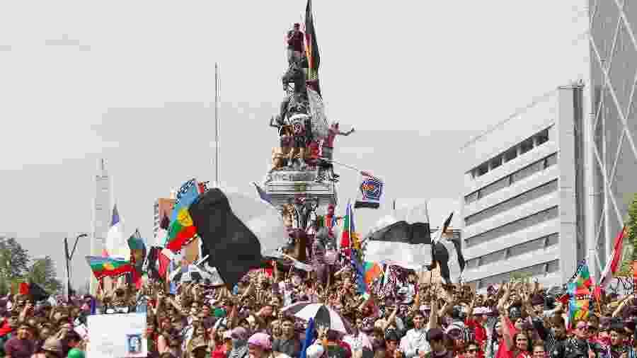 Manifestação contra a desigualdade social no Chile reuniu milhares de pessoas em Santiago, em outubro deste ano. - Rodrigo Gutierrez/Zimel Press