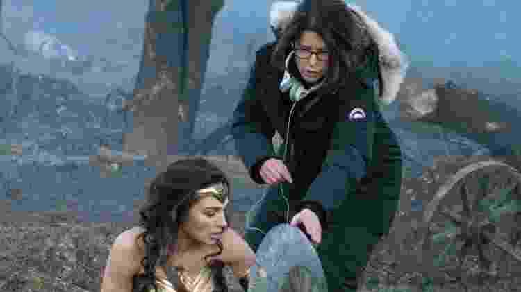 Patty Jenkins dá instruções para Gal Gadot durante filmagem de Mulher-Maravilha - Reprodução - Reprodução