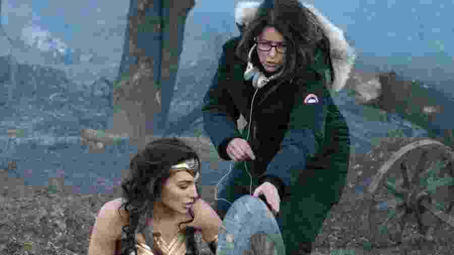 Patty Jenkins dá instruções para Gal Gadot durante filmagem de Mulher-Maravilha - Reprodução