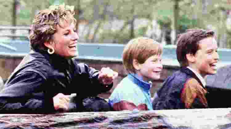 Harry com a mãe e o irmão em uma viagem a Thorpe Park em 1993 - PA