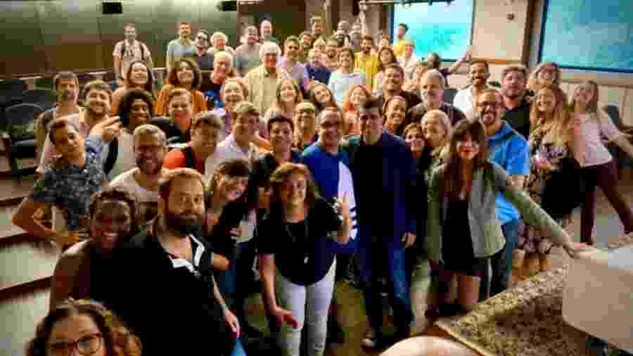"""Parte do elenco e da equipe do """"Zorra"""" com Melhem (de paletó azul) na primeira reunião de 2020 - Reprodução"""