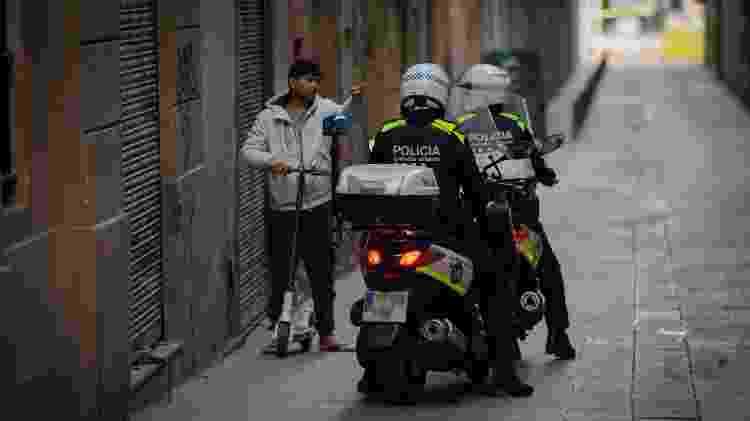 Policiais fiscalizam nas ruas moradores que saem sem a permissão que deve ser solicitada pelos cidadãos - Europa Press News/Getty Images