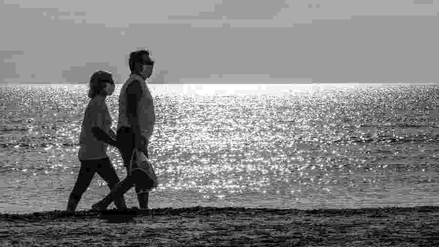 """Casal passeia na praia, em Valência (Espanha), no dia 2 de maio: atividade foi oficialmente permitida na fase 3 do """"desconfinamento"""" - Getty Images"""