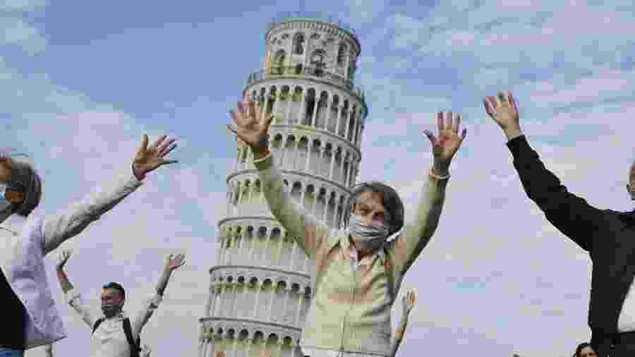 Torre de Pisa, na Itália, foi reaberta ao publico com um flashmob que reuniu a população, com distanciamento social, na Piazza dei Miracoli.  - Getty Images