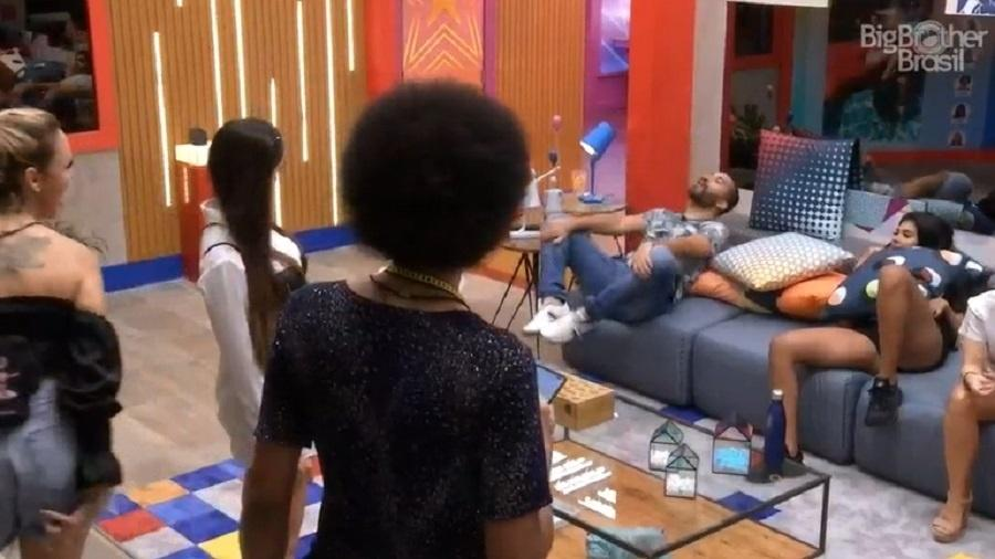 BBB 21: Gilberto pira ao ver Sarah e Juliette dizendo se pegar - Reprodução/Globoplay