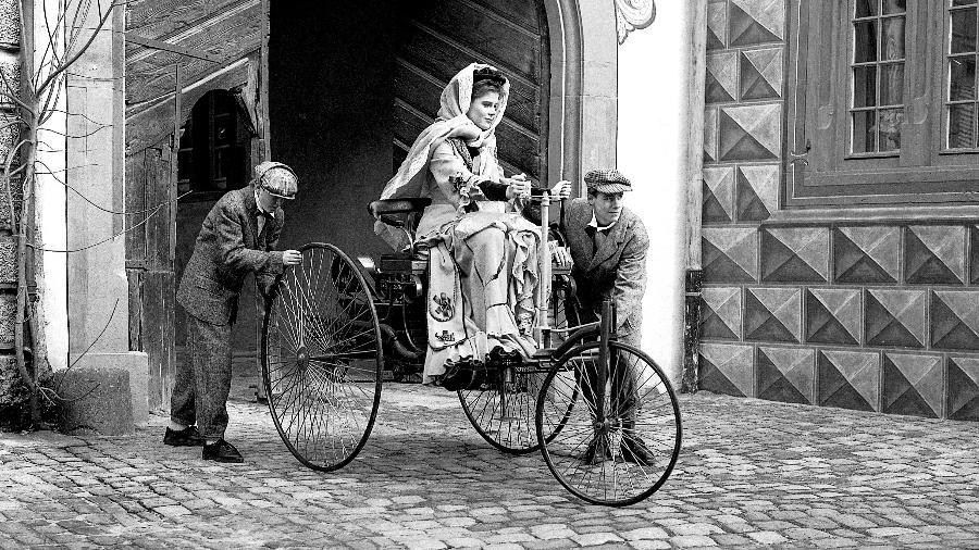 Representação da aventura de Bertha Benz e seus filhos - Daimler