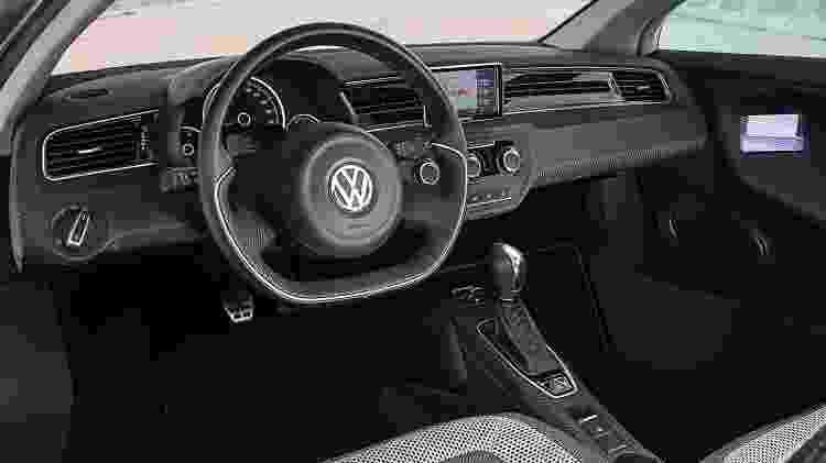 Cabine é quase toda feita com fibra de carbono, mas painel é quase idêntico ao usado no VW Up - Divulgação - Divulgação