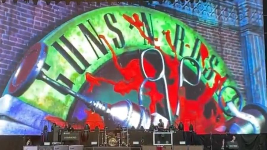 """Guns N"""" Roses exibem mensagem pró-vacina no telão do Hersheypark Stadium, nos Estados Unidos - Reprodução/Twitter"""