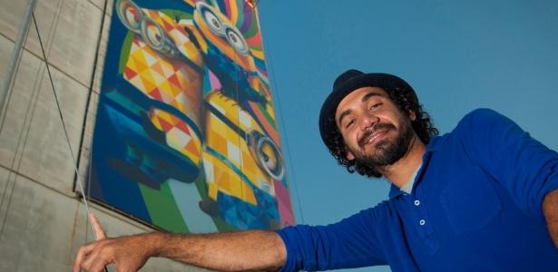 """O artista plástico Eduardo Kobra com painel dos """"Minions"""" em prédio em Niterói, no Rio"""