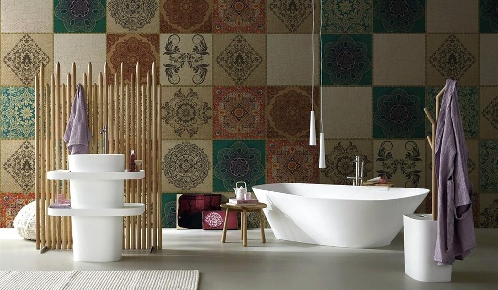 Profusão de cores - Este banheiro foi um dos destaques do Salão Internacional do Móvel de Milão, em 2014. Muito do sucesso se explica pelo chamativo papel vinílico que reproduz padrões variados de ladrilhos e veste as paredes do espaço