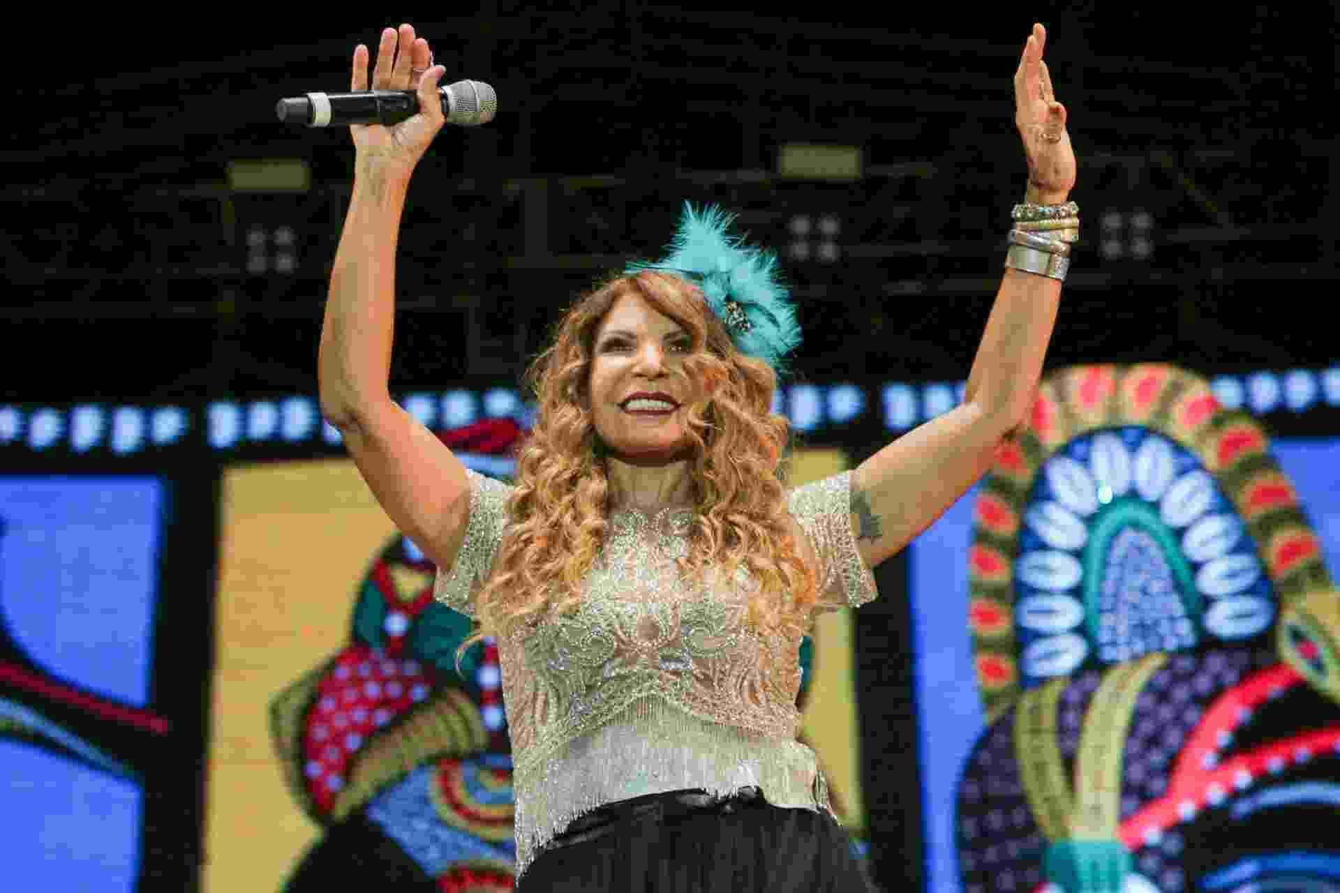 5.fev.2016 - Elba Ramalho é uma das convidadas pelo Maestro Forró e osquestra da Bomba do Hemetério, no Carnaval do Marco Zero, no Recife - Roberta Guimarães/UOL