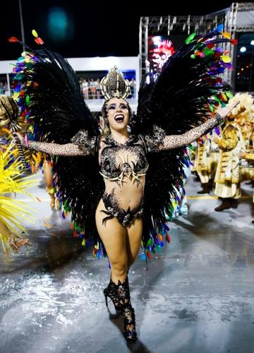 6.fev.2016 - A rainha de bateria Bruna Fonseca cumprimenta o público do Anhembi no desfile de Unidos de Vila Maria