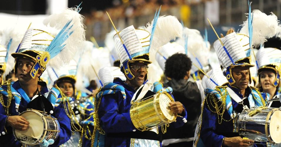 6.fev.2016 - Membros da bateria da Nenê de Vila Matilde mostram animação durante desfile no Anhembi