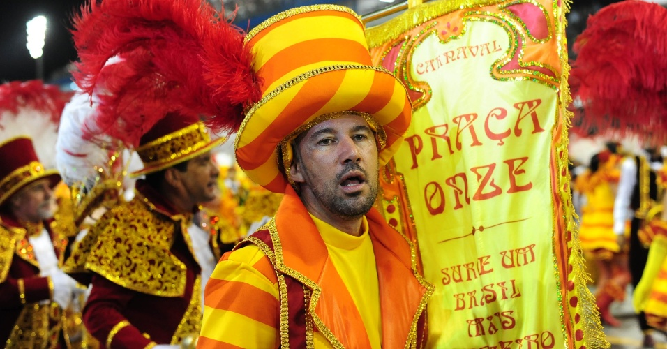 07.fev.2016 - Integrante da Mocidade Alegre canta samba-enredo no desfile da madrugada deste domingo