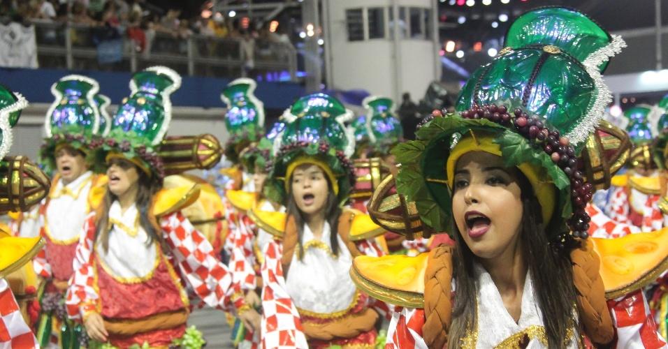 7.fev.2016 - Foliões cantam o samba-enredo da Dragões da Real, sobre dar e receber presentes