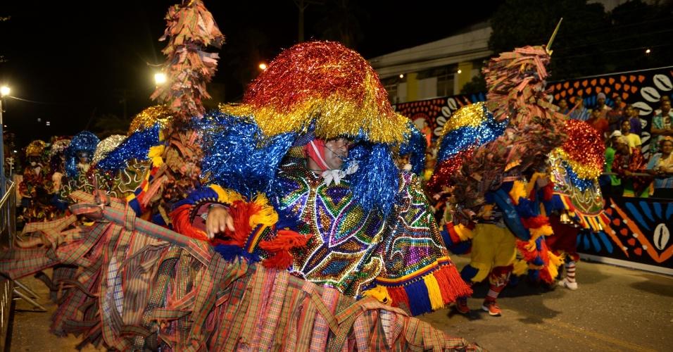 8.fev.2016 - Maracatu espalha cores no desfile na Estrada Velha do Bongi durante a programação do Carnaval pernambucano