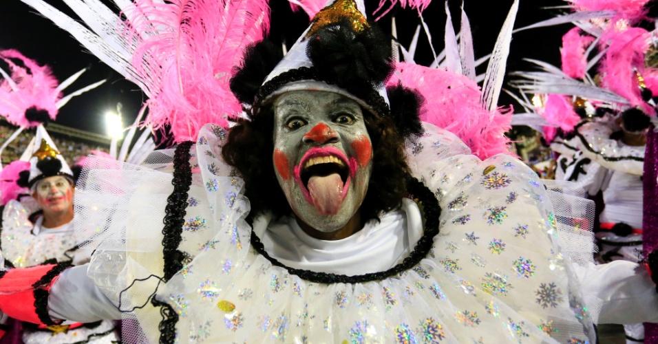 9.fev.2016 - Integrante da São Clemente sorri durante o desfile que aconteceu na madrugada desta terça-feira