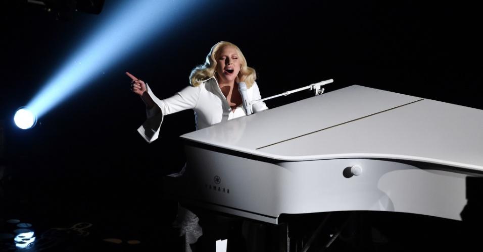 28.fev.2016 - Lady Gaga se apresenta cantando a música