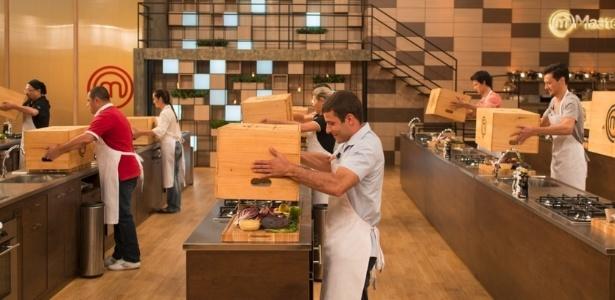 """Participantes abrem a caixa misteriosa pela primeira vez na terceira temporada do """"MasterChef Brasil"""" - Carlos Reinis/Band"""