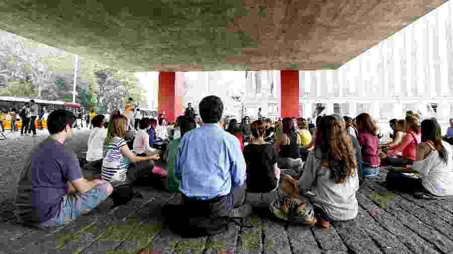 Meditação em grupo no vão-livre do Masp, na avenida Paulista, durante a Virada Sustentável de 2015 - Fabio Braga/Folhapress