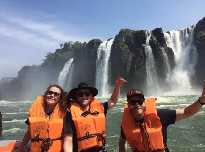 2.out.2016 - Paulo Gustavo trabalha muito, mas também se diverte: antes de se apresentar em Foz do Iguaçu, no Paraná, o humorista tirou o dia para visitar o famoso parque nacional e as cataratas que são o cartão postal do lugar