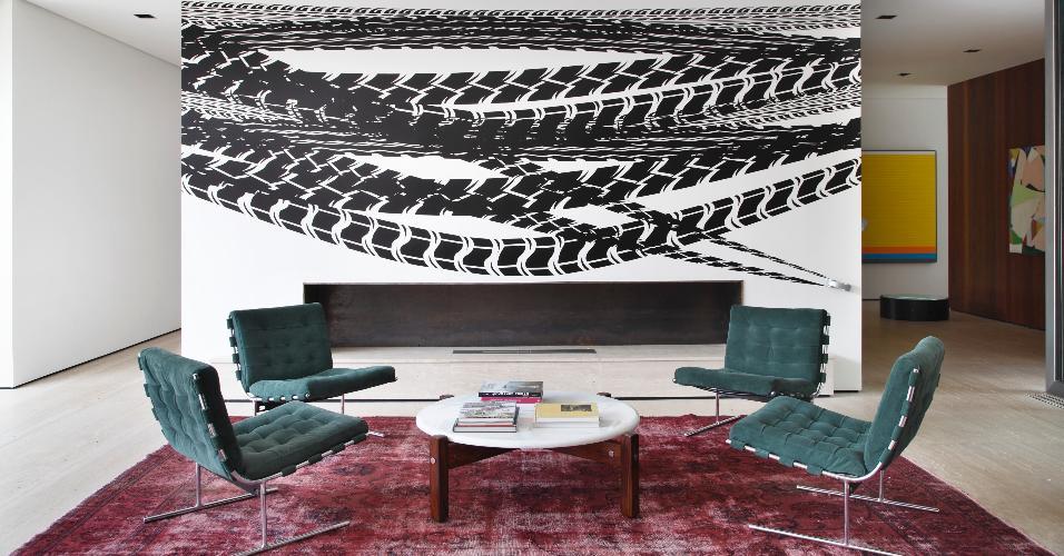 As paredes da casa AH receberam obras de arte contemporâneas e o mobiliário reúne peças