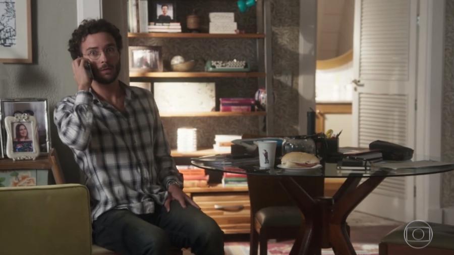 """Cena de Elio em """"A Lei do Amor"""": na mesa, um sanduíche de mortadela - Reprodução/TV Globo"""