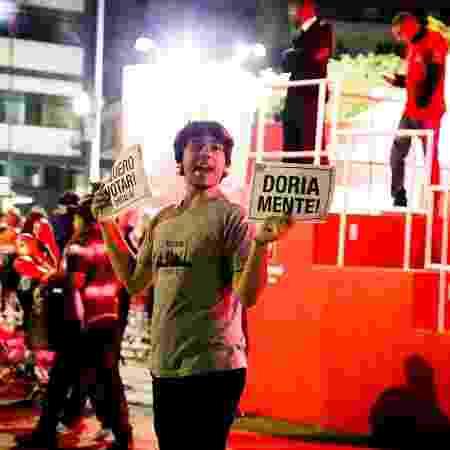 Homem protesta contra o prefeito João Doria no palco do Centro da Virada Cultural 2017 - Mariana Pekin/UOL - Mariana Pekin/UOL