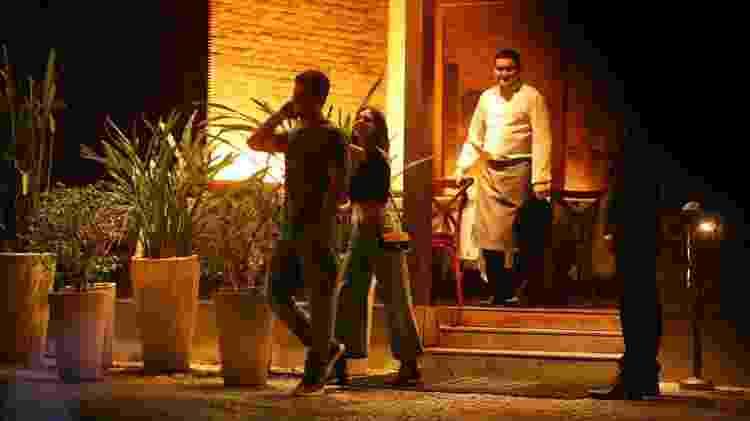 Isis Valverde deixa restaurante dando risada após se assustar com barata - AgNews - AgNews