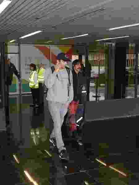 Asthon Kutcher e Anthony Kiedis, do Red Hot Chili Peppers, chegam no Brasil para o casamento do empresário Guy Oseary  - AgNews - AgNews
