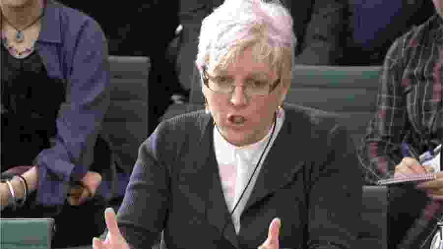 Carrie Gracie se emocionou ao falar no Parlamento - PA