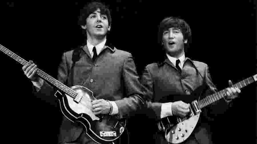 John Lennon e Paul McCartney em show dos Beatles - Mike Mitchell/Omega Auctions