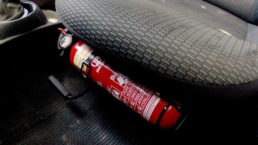 Extintor de incêndio pode ser instalado no automóvel, mas tem de estar no prazo de validade e ser do tipo ABC - Carlos Eduardo de Quadros/Fotoarena/Folhapress