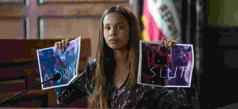 """Jessica (Alisha Boe) depõe em tribunal e mostra fotos que a chamam de """"vadia bêbada"""" em cena da segunda temporada de """"13 Reasons Why"""" - Divulgação/Netflix"""