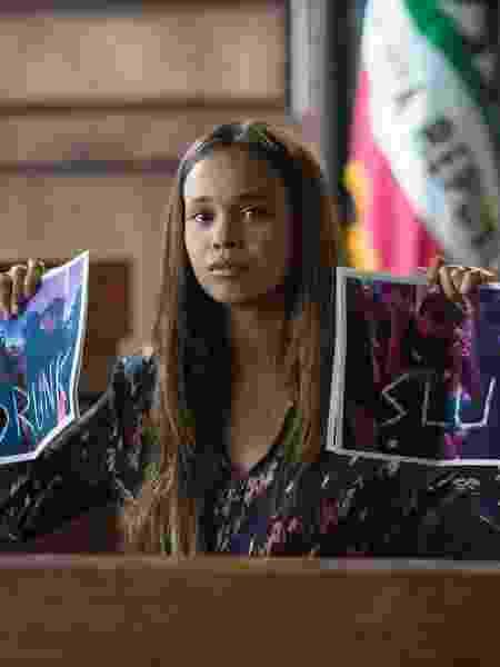 """Jessica (Alisha Boe) depõe em tribunal e mostra fotos que a chamam de """"vadia bêbada"""" em cena da segunda temporada de """"13 Reasons Why"""" - Divulgação/Netflix - Divulgação/Netflix"""