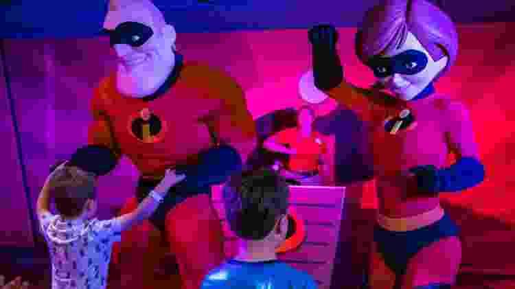 """Crianças interagem com personagem de """"Os Incríveis"""" no Walt Disney World Resort - Divulgação/Visit Orlando - Divulgação/Visit Orlando"""