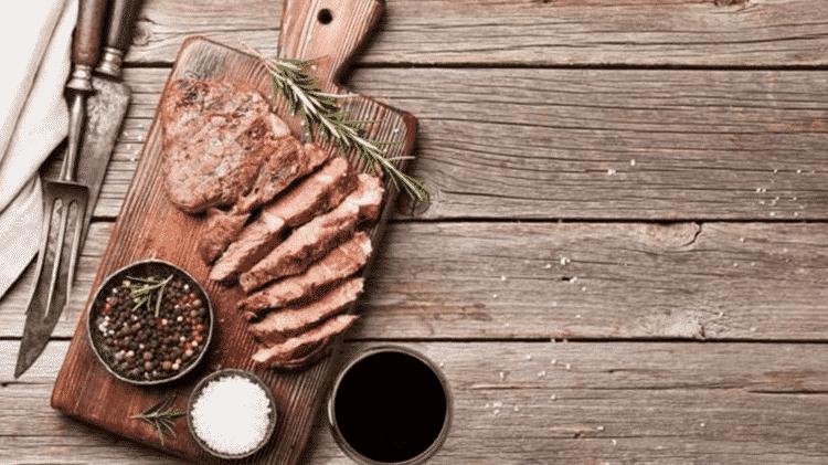 Para uma carne mais suculenta, deixe-a descansar antes de servir - GETTY IMAGES