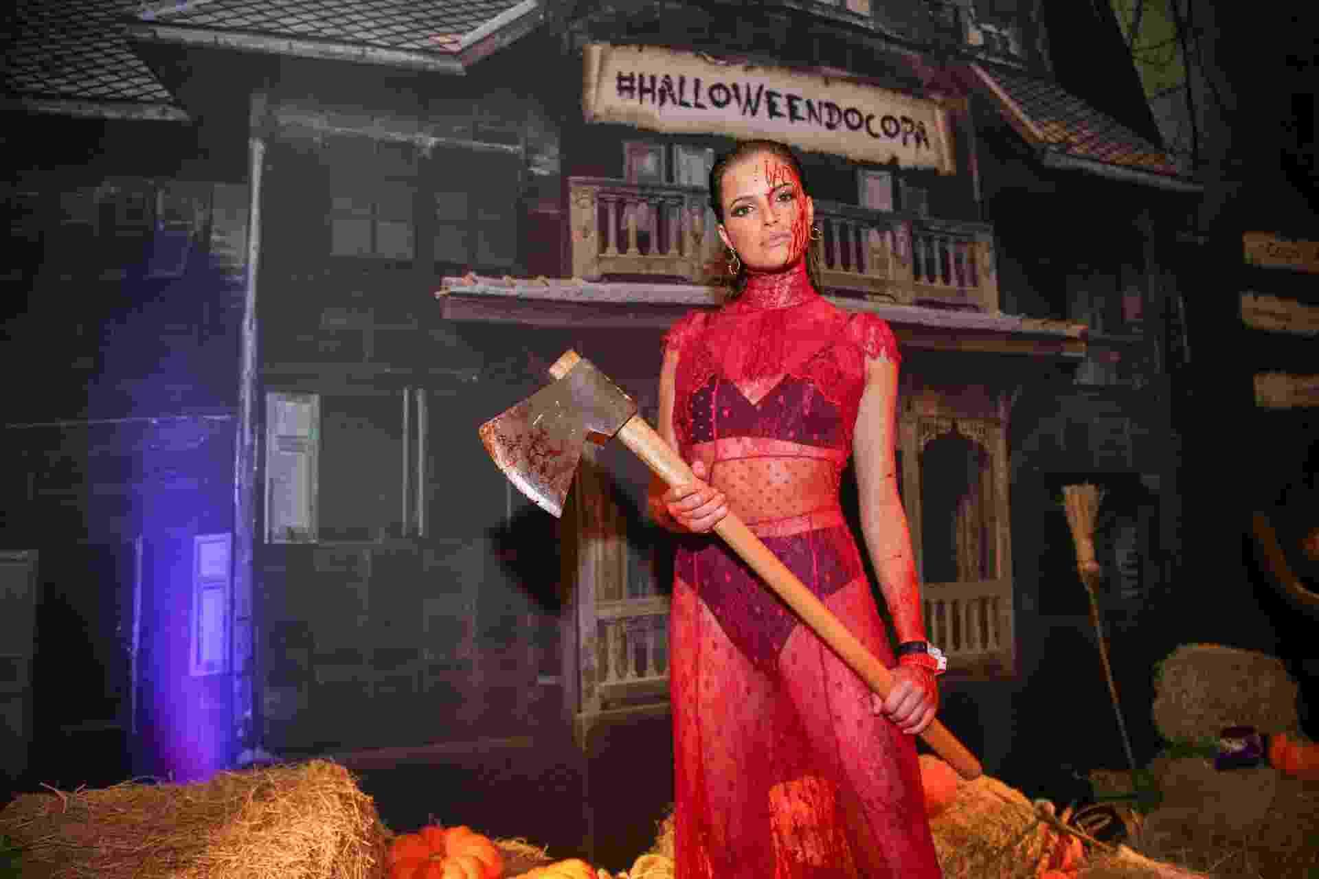 A atriz Agatha Moreira escolheu uma fantasia de kit antimachista para o baile de Halloween do hotel Copacabana Palace, no Rio de Janeiro - Julio Cesar Guimaraes/UOL