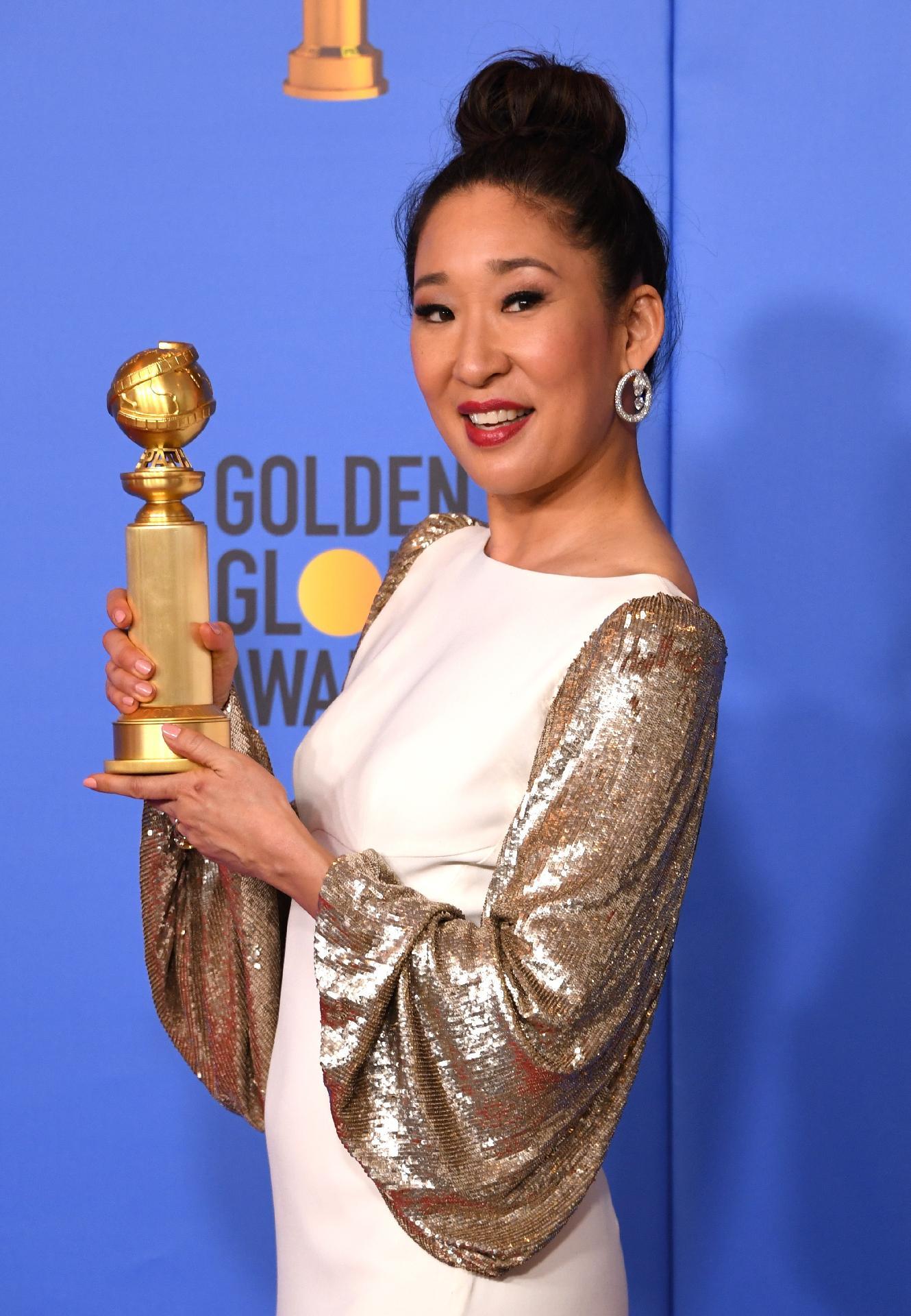 Apresentadora Do Globo De Ouro Sandra Oh Leva Prêmio De