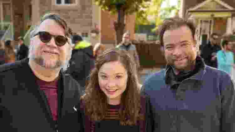 O produtor Guillermo del Toro com a atriz Zoe Margaret Colletti e o diretor André Øvredal no set de Histórias Assustadoras - Divulgação/George Kraychyk